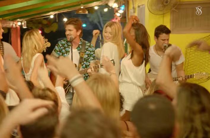 """Juanes hoy durante la primera transmisión del """"Victoria's Secret Swim Special"""""""